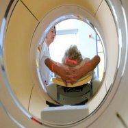 Пациента помещают в трубу томографа кабинета МРТ, вред мрт, врач мрт, вредно ли МРТ детям
