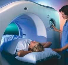 Пациент внутри компьютерного томографа, отличие мрт и кт